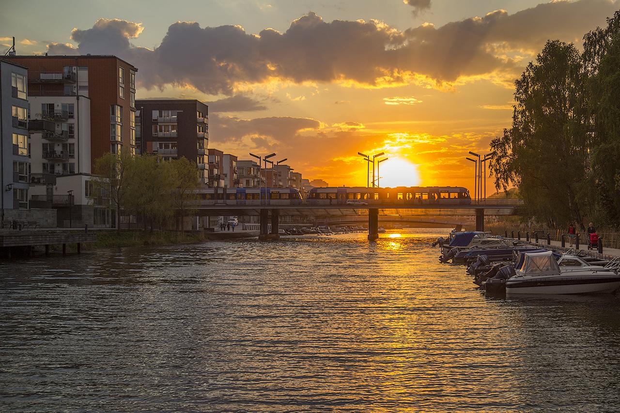 Solnedgång i Hammarby Sjöstad med Tvärbanan