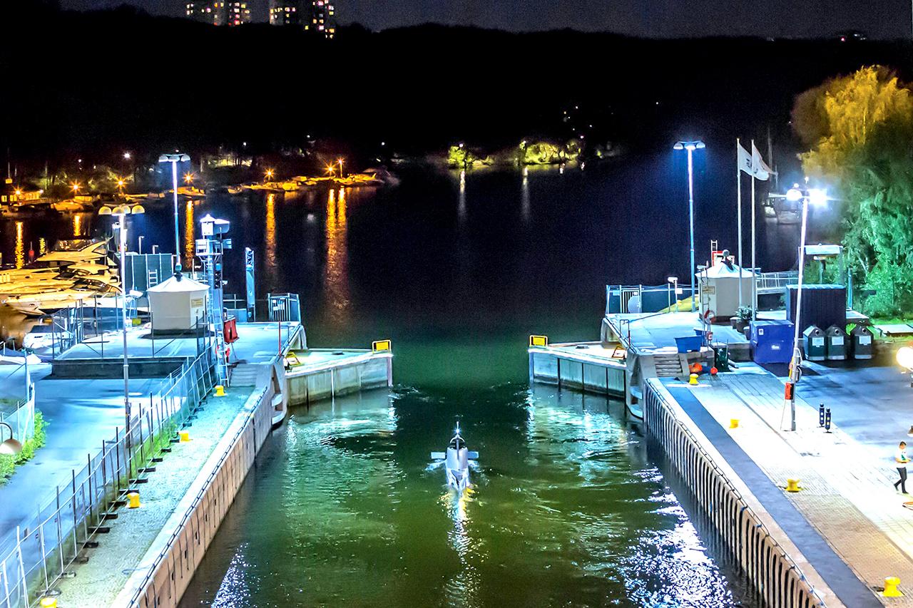 Ubåt slussar ut från Hammarby sjö
