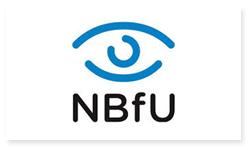 Logoen til Norges Blindeforbunds Ungdom. Det er bilde av et blått øye. Nedenfor øyet står det bokstavene NBfU i svart.