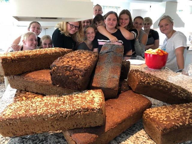Dejlig dansk rugbrød med elever i baggrunden i Bager/konditor fag