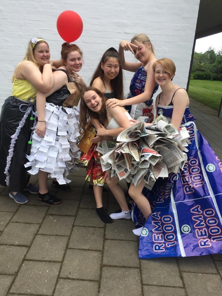 Udklædnings sjov med 6 piger fra 10. Klasse Udvidet