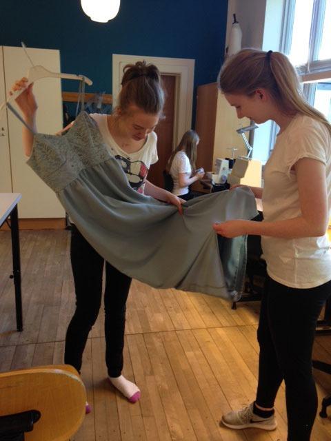 2 piger i Mode & Design faget der står og måler en kjole de lige har syet