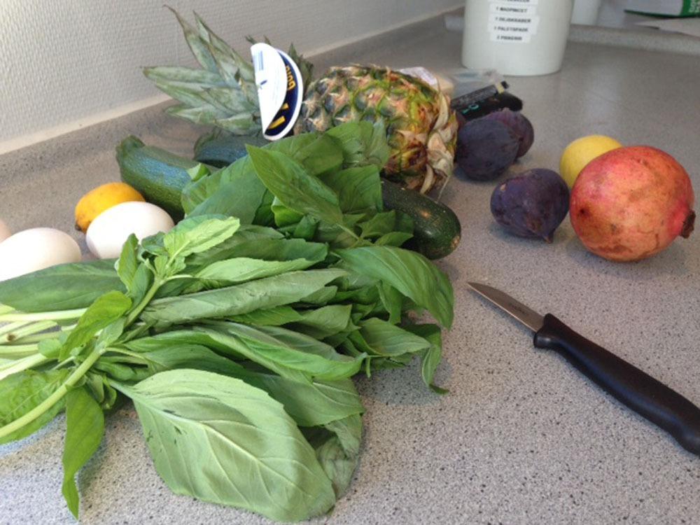 Frugt og grøntsager liggende på et bord. God bespisning på hele Skolen!