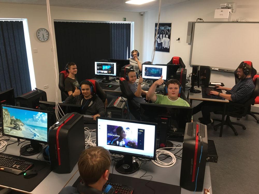 Elever der sidder i ny indrettet gamer lokaler. God internet forbindelse