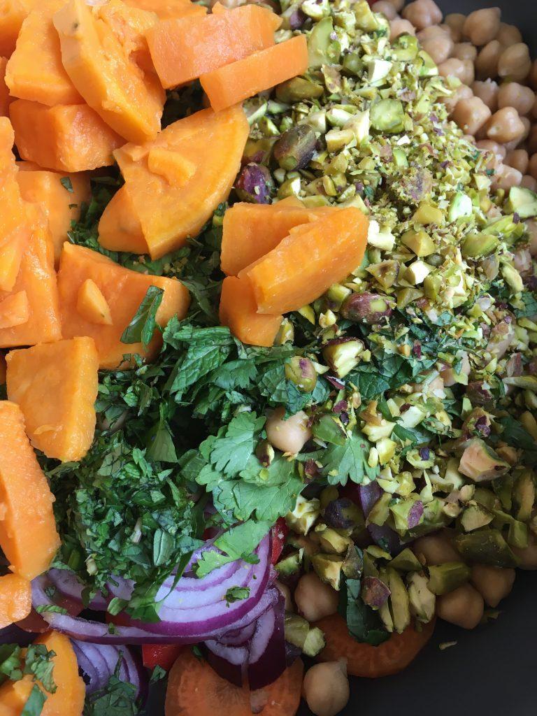 zoete aardappel salade met pistache en koriander