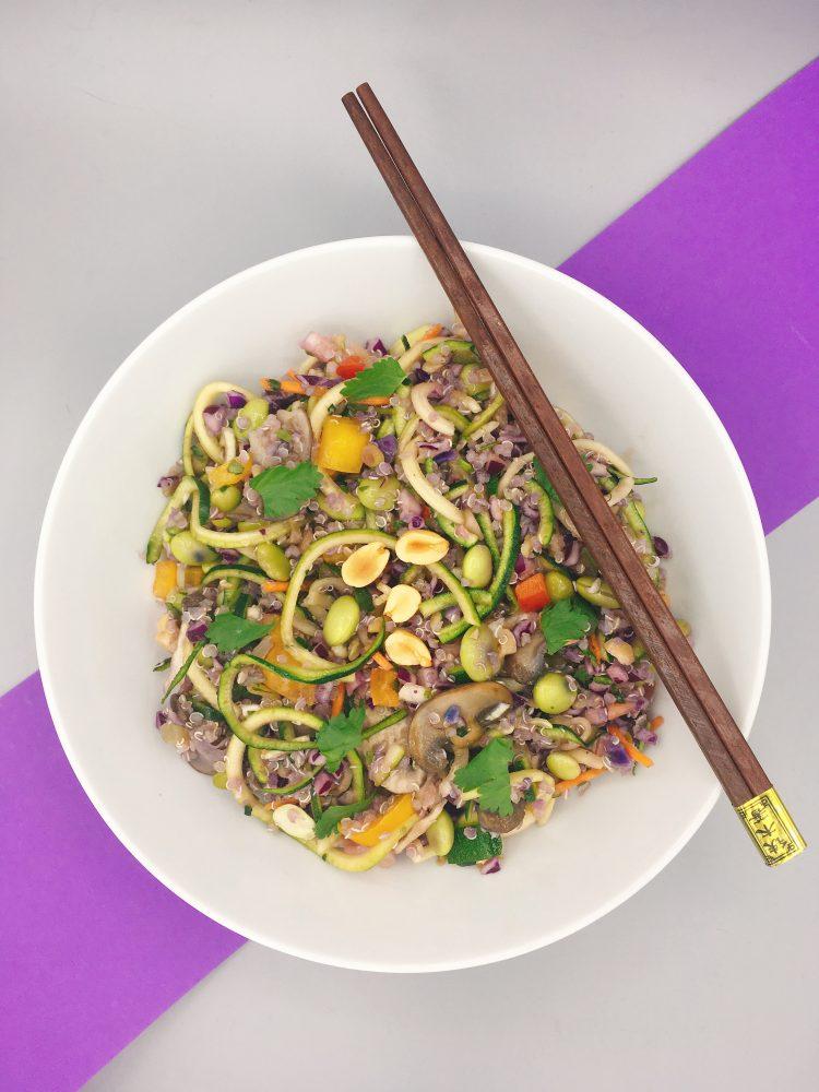 Aziatische quinoa salade met courgette noedels en edamame