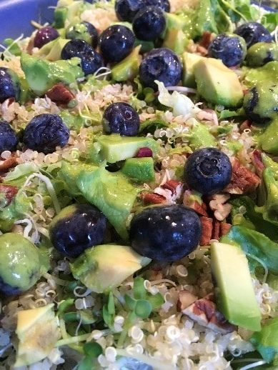 quinoa salade met avocado pecan en blauwe bessen