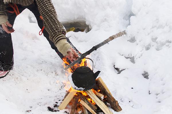 kokar kaffe på läger eld