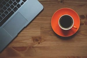 Kaffee und Laptop Symbolbild