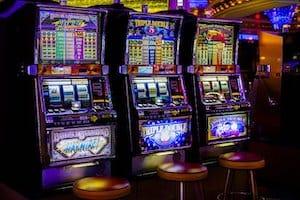 3 Spielautomaten als Symbolbild