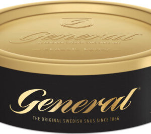 """Om produkten General Lössnus General Lös har kommit att bli en riktig klassiker i snusvärlden. Ett av världens största snusvarumärken som säljs i enorma mängder i Sverige och runt om i Europa. Receptet från 1866 var och är fortfarande hemligt. Snuset har en kryddig och fyllig tobakssmak med inslag av bergamott, te, torkat gräs och läder. Kombinationen av kryddighet och syrlighet gör snuset välbalanserat. Ett lössnus som är lättbakat och smidigt formar en perfekt prilla. General snus har satt standarden för vad snus är, både i Sverige och resten av världen. Här hittar du alla våra produkter från General. Fakta om produkten Varumärke General Produkttyp Lössnus Styrka Normal Nikotinhalt 7,5 mg/g Innehåll/förpackning 42 g Format Lös Kornighet Medel Producent Swedish Match, Om produkten General Extra Stark Lössnus General Extra Stark Lös är en starkare variant än originalet. Med sin fylliga och kryddiga tobakssmak, där du även hittar inslag av citrusaktiga kryddan bergamottoch te, torkat gräs och läder. Kombinationen av kryddighet och syrlighet gör snuset välbalanserat. Ett lössnus som är lättbakat och smidigt formar en sittande prilla. Med extra mycket nikotin! General är ett av världens största snusvarumärken och säljs i enorma mängder i Sverige och runt om i Europa. Ett populärt varumärke sedan 1800-talets slut och än idag. Namnet General har inget att göra med den militära rangen. General kommer från orden """"generell"""" eller """"allmän"""" och hänvisar till ett """"General-snus"""" - ett allmänt snus. Fakta om produkten Varumärke General Produkttyp Lössnus Styrka Stark Nikotinhalt 12 mg/g Innehåll/förpackning 42 g Format Lös Kornighet Medel Producent Swedish Match, Om produkten General Mackmyra Lössnus General Mackmyra Lössnus är ett lössnus från Swedish Match:s Master BlendersLars Jonsson och Mattias Schyberg. Denna gång har de i samarbete medAngela D'Orazio från Mackmyra Whisky tagit fram ett nyutvecklat lössnus som kombinerar de bådasmaktraditionerna hos General och Mackmyra Sv"""