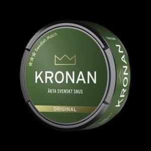 Om produkten Kronan Portionssnus Kronan Portion är ett portionssnus med en traditionell mörk tobakssmak. Det här snuset innehåller även inslagav citrus, bergamott, viol och dill. Den nya designen har gjort att Kronan portion har fått fler prillor än tidigare och innehåller nu 24prillor istället för 22prillor. ✓ Styrka: Normal ✓ Format: Normal Kronan Portionär ett varumärket från Swedish Match och lanserades 2005 då det snabbt blev populärt bland svenskarna. Fakta om produkten Varumärke Kronan Produkttyp Original portion Styrka Normal Nikotinhalt 8,5 mg/g Innehåll/förpackning 21,6 g Snustyp Original Portion Format Normal 4 Producent Swedish Match snushandel i nyköping ab påljungshage köpcentrum snusbutiken tobaks affären snus i nyköping svenskt snus online