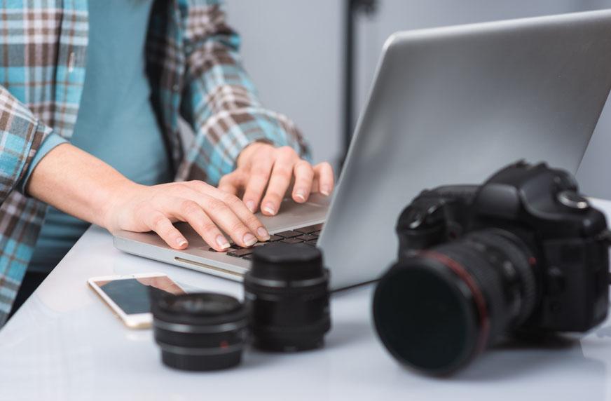 Fotograf som jobber med etterbehandling av bilder i etterkant av fotografering