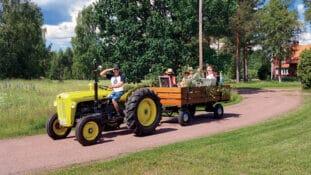Traktorparad på midsommarafton