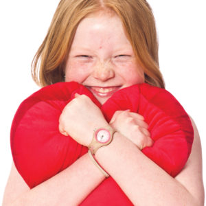 Flicka med hjärtformad kudde