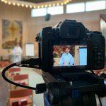 Kamera som spelar in under livesändning av gudstjänst
