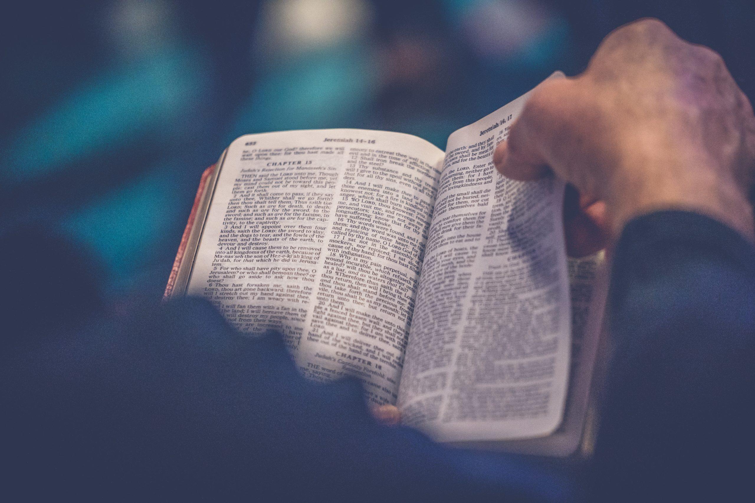 Man läser Bibeln