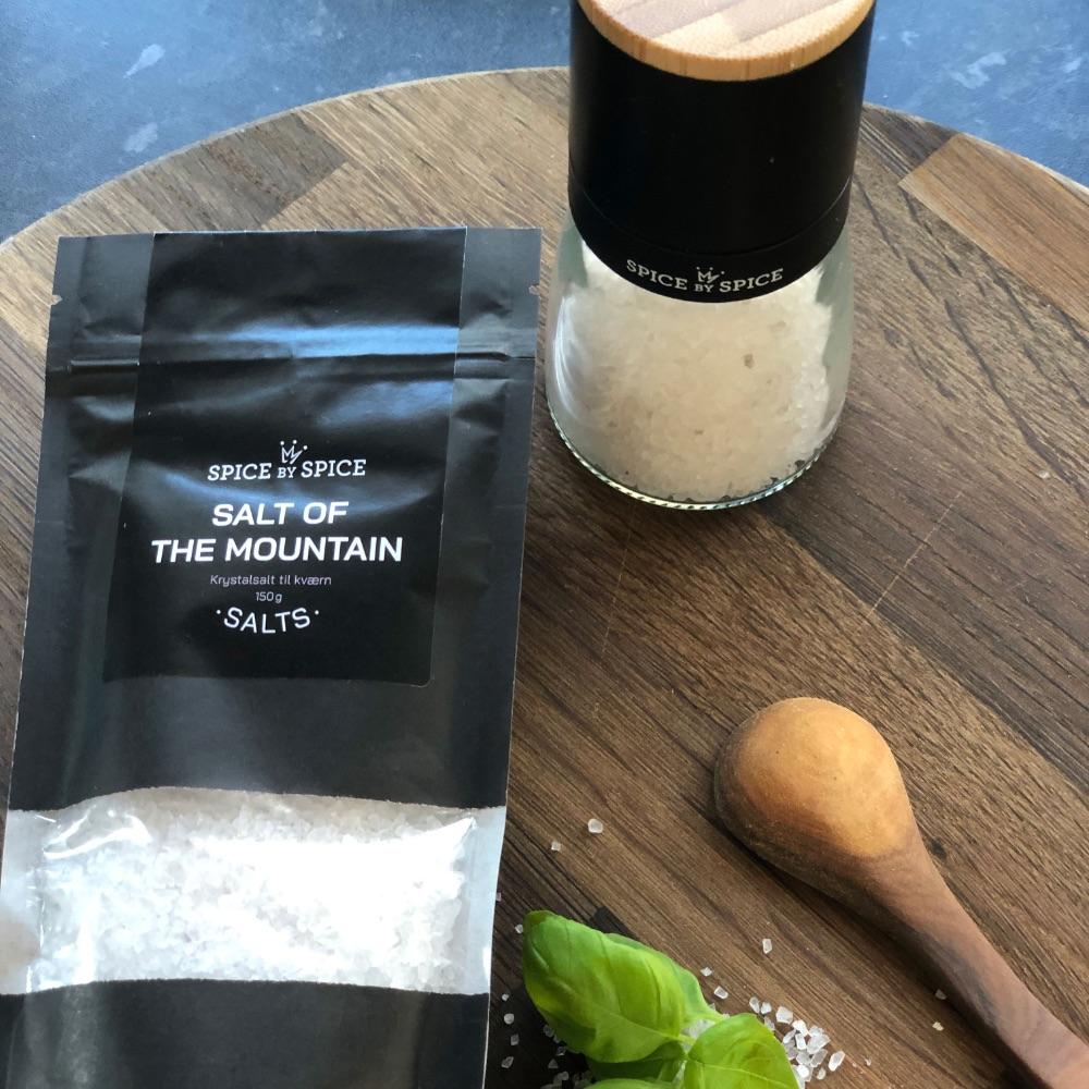 Hvid salt i keramisk kværn med bambuslåg og tilhørende refill til salt