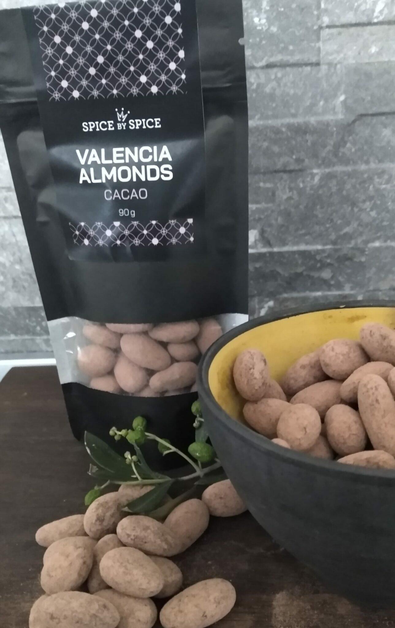 cacaomandler fra valencia området i Spanien. De er anrettet i en gul skål på et bræt