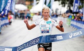 Marthe Katrine My.hre bryter målsnøret som norgesmester på maraton i fjor. I år satser hun for første gang for fullt på løpingen. Foto: Fra hjemmesiden