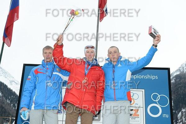 VERDENSMESTER! På toppen av seierspallen, flankert av to russere. Foto: Fra bloggen/arrangøren.