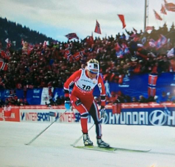 Innspurten, nesten som i Kollen-VM, med fulle tribuner og norske flagg.