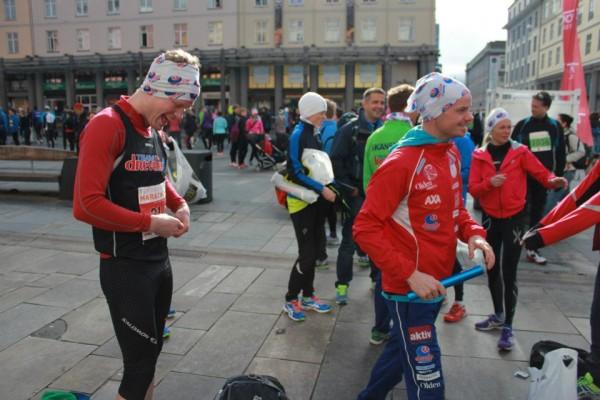 Team Drevellin med Bjørn Tore Kronen Taranger (t.h.) på førsteetappen gjør seg klar for stafett. Som de vant!