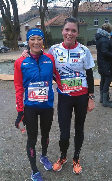 Det ble en hard kamp om seieren i dameklassen mellom de to hjemmeløperne Cecilia Idland (t.v.) fra halden Cycleklubb og Gøril Fristad fra Halden Skiklubb. Langrennsløperen ledet halvveis, men til slutt var det syklisten Idland som var sterkest og vant med 5 sekunders margin. Foto: Roar Tomter
