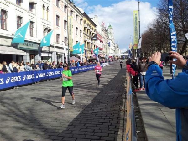 Lena i rosa trøye mot mål.