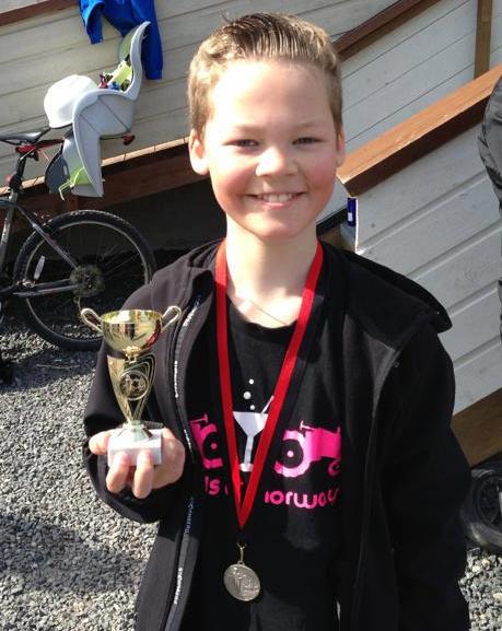 Stolt løper med både deltakermedalje og flott premie!  Foto: Arve Stamnes