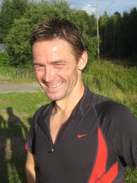 """Roar Tomter er en annen kar som bidrar til å gi løpere et """"blidt image"""". Han kunne smile bredt etter ny pers på 1.22.06, som han gjorde her etter seier i Follotrimmen i fjor. Foto: Frode Monsen"""
