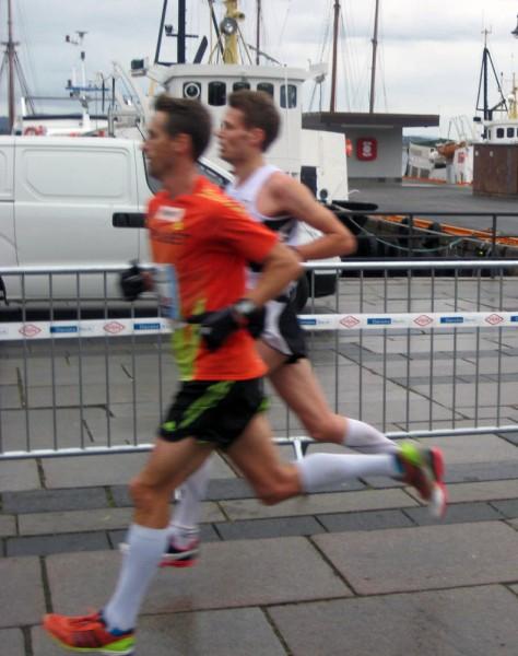 Sylta fikk hard kamp i Oslo av debutanten Jan Christian Kaltenborn, da i den hvite Tjave-trøyen. Her etter ca 29 km. Nå er de lagkamerater i Sk Vidar, og kanskje vil Kaltenborn gi Sylta enda tøffere fight om å bli Norges beste i Rotterdam. Foto:Frode Monsen