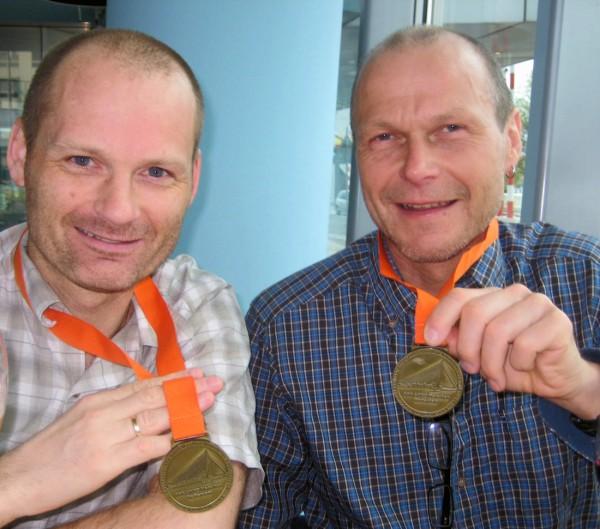 De to Ringeriksløperne Tommy Støa og Øystein Ringnes etter Rotterdam marathon i fjor. Søndag er de på plass igjen i Rotterdam, sammen med 49 andre nordmenn. Foto: Frode Monsen.