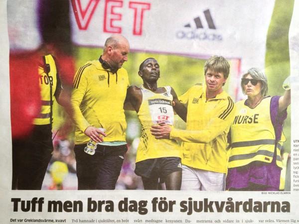 Selv kenyanere fra eliten fikk problemer! Daniel Chebii kom inn på stadion ikke lenge etter vinneren, men måtte hjelpes i mål og ble etterpå disket. Klipp fra Gøteborgs-Posten.