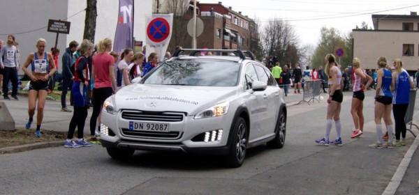 Følgebilen for Kvinner Elite kommer. Nå er det like før!... Foto: Njål Ekern