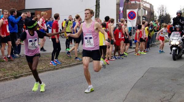 Aller først kommer svenske Hälle Idrottsforening, som Tobias Åberg med raskeste etappetid løp opp i ledelsen på 6.etappe og her ved veksling med Msgne Beyene leder med 4 sekunder. De holdt ledelsen helt til 13.etappe, men måtte nøye seg med bronse til slutt. Foto: Njål Ekern