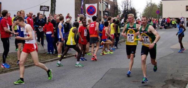 Ull/Kisa ledet Holmenkollstafetten til 5.etappe og Nicolai Smestad veksler med Kristian Monsen på 3.plass, like bak Gular. I mål er det unge Ull/Kisa-laget nr 4. Foto: Njål Ekern