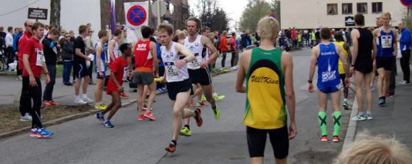 Tjalve veksler på 4.plass, Endre Evensen gir pinnen til Asbjørn Ellefsen Persen, som løper nest raskest av alle opp til Besserud. Foto: Njål Ekern
