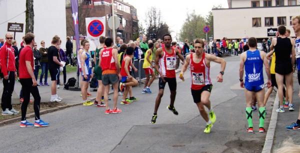 Dadafo Daqabi løper 3.raskest på 6.etappe og veksler som nr 5 med Øysten Sylta, som har 4.raskeste tid til toppen. I mål er Vidar nr 6. Foto: Njål Ekern