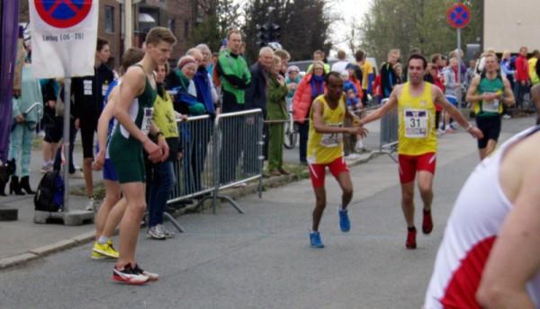 Asle Slettemoen veksler med Weldu Negash på 13.plass, men IL BUL løper seg opp til 9.plass i mål. Foto: Njål Ekern