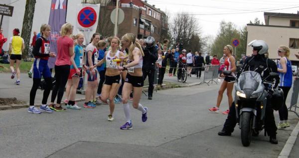 Karoline Finne løper nest raskest på 6.etappe og sender veteranen Kirsten Marathon Melkevik ut som nr 2. Med 6.54 opp til Besserud har motbakkespesialisten 3.beste etappetid og veksler som nr 3. Samme plassering har Gular i mål, til sin 5.strake pallplassering i dameklassen. Foto: Njål Ekern
