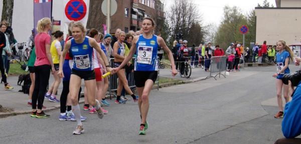 Spreke veteraner fra Strindheim. Runa Bostad veksler med Anne Nevin på en sterk 4.plass, en plassering laget også hadde i mål. Foto: Njål Ekern