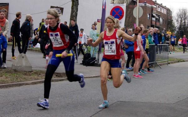 """BFG Bergen forbedrer seg med 4 plasser fra i fjor og blir nr 6. her er det motbakkespesialisten Therese Sjursen, med 4.beste etappetid på """"Lille Besserud"""", som veksler med Ragnhild Andersson. Foto: Njål Ekern"""