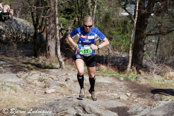Gro Svendal fra BFG Bergen klatrer opp fjellsiden til tredjeplass. Copyright: Bjarne Ludvigsen