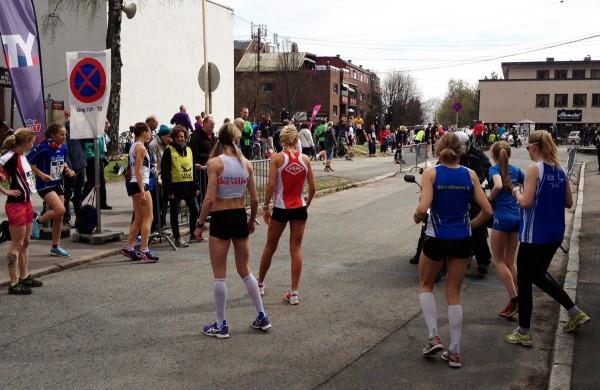 Kirsten Marathon Melkevik og Karoline Bjerkeli Grøvdal speider spent etter lagene sine. Hvem kommer først?