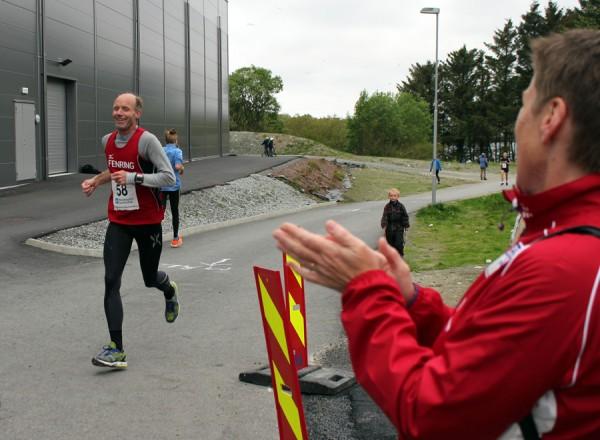Endelig i mål med Inger Johanne applauderende på målstreken.