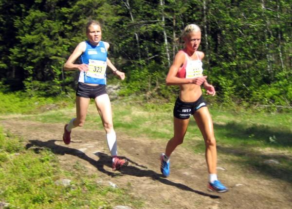 Årets superbirkebeiner i fjor, Marthe Katrine Myhre, var ikke helt fornøyd verken med eget løp eller med endringene i Birkebeinerløpet. Her kniver hun med Anne Nevin under lørdagens løp. Foto: Frode Monsen, Sportsmanden
