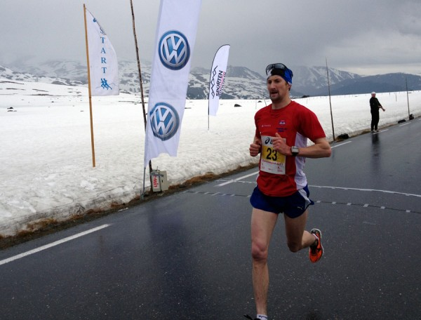 Svenske Anders Soovik passerer halvveis over Valdresflya i ensom majestet. Foto: Sportsmanden / Frode Monsen