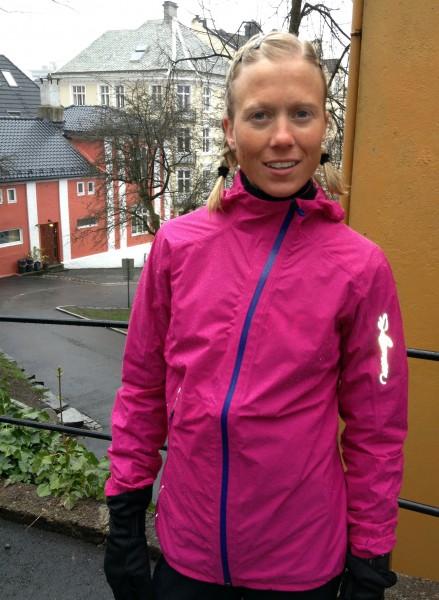 Marthe Myhre er her godt kledd før Fløyen Opp i Bergen, byen som er viden kjent for sitt regnvær. Det var likevel ingenting mot det pøsregnet som møtte henne og alle andre i Nordmarka Halvmaraton.