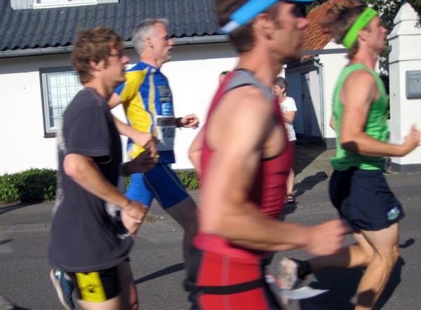Ikke noe Etape bornholm uten Bøler-løpere. Per Thomas Thomassen i blågult ligger på 21.plass i klasse 40-44 år etter 39.13. Foto: Marie Wibe Bakker